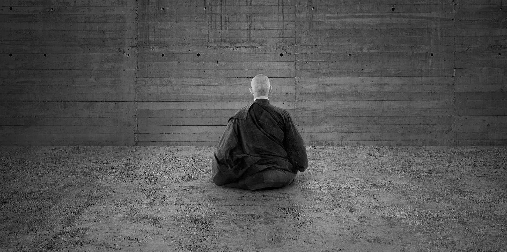 monah-stena-meditaciya-cherno